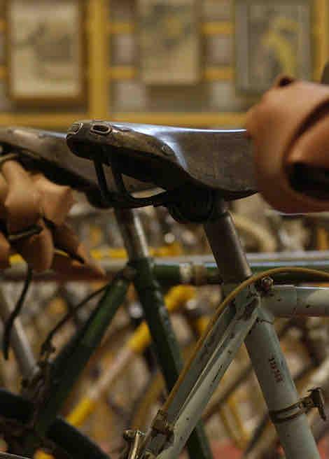 Jeder Sattel wird von Hand montiert und bekommt das Markenzeichen auf die Serie geprägt.