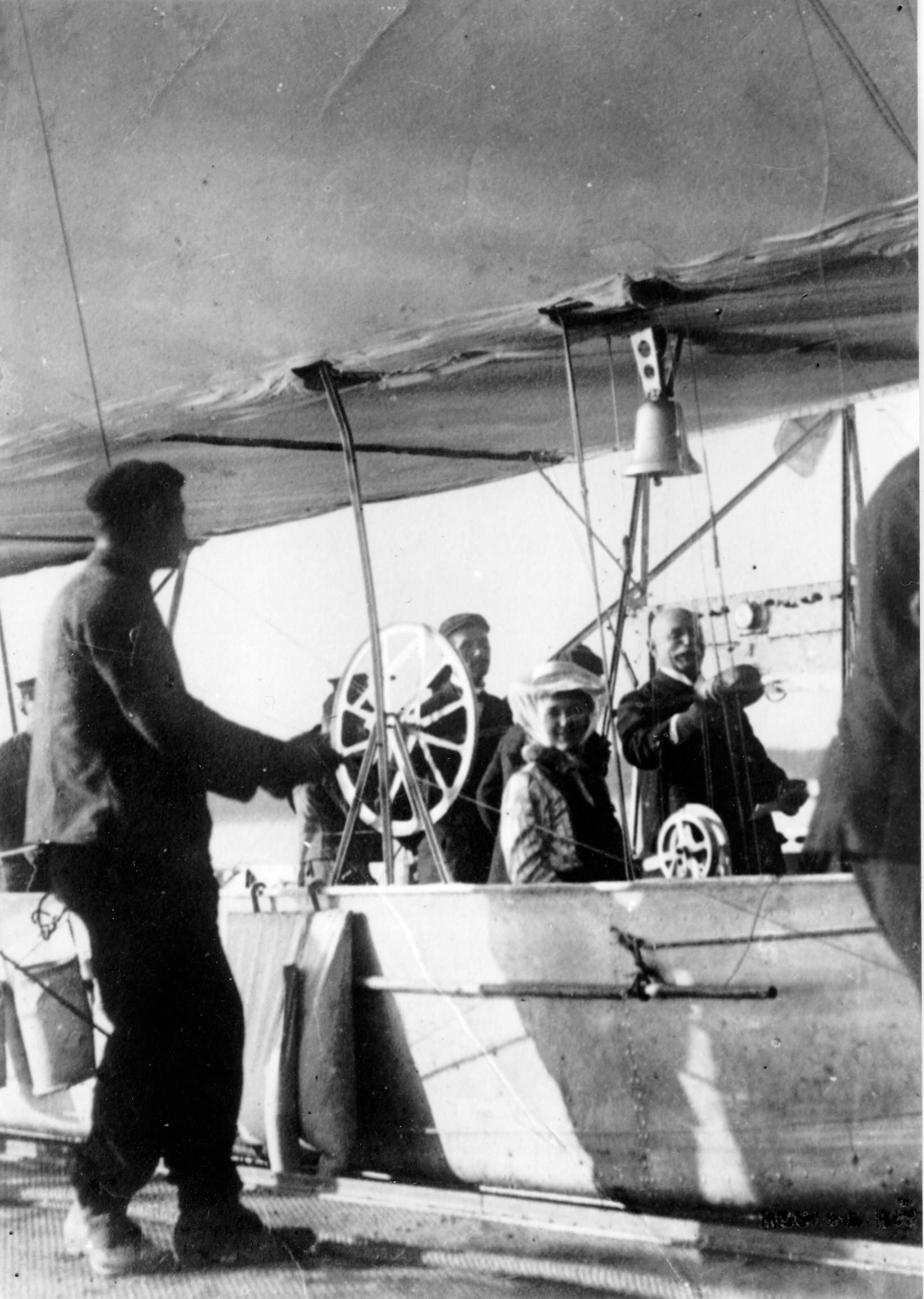 Graf Ferdinand von Zeppelin im Luftschiff © Archiv der Luftschiffbau Zeppelin GmbH